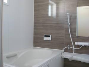 落ち着いた色合いの浴室。一日の疲れを癒してください(風呂)